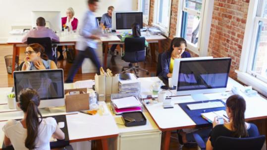 Oficina con computadoras