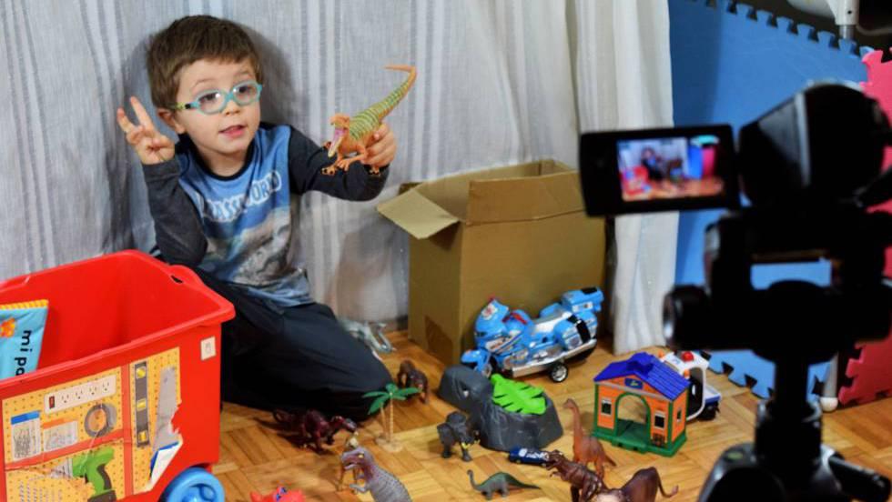 Niño haciendo Unboxing de juguete