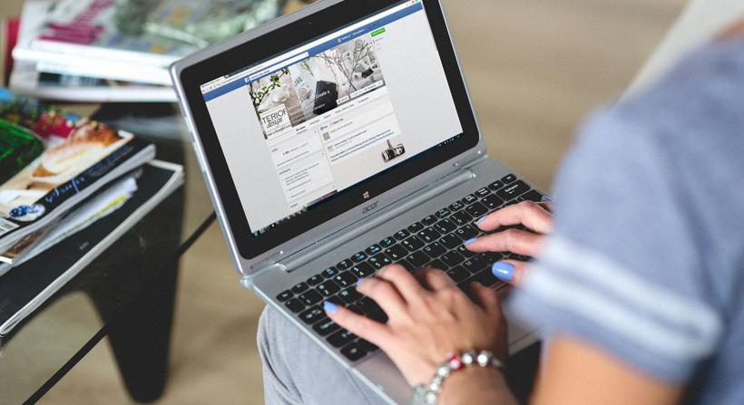 Pantalla de Facebook en laptop
